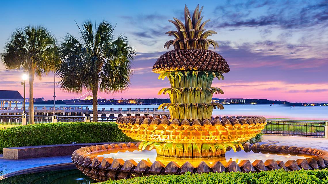 south-carolina-charleston-pinapple-fountain-dusk